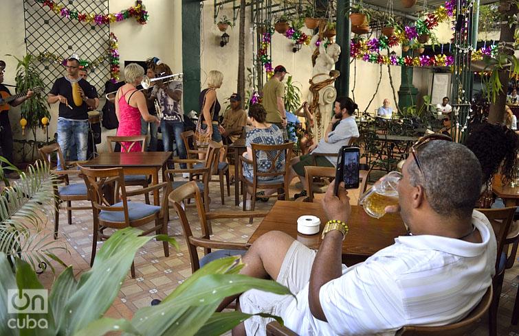 Los cubanos consumen mucha cerveza por estas fechas. Foto: Otmaro Rodríguez.