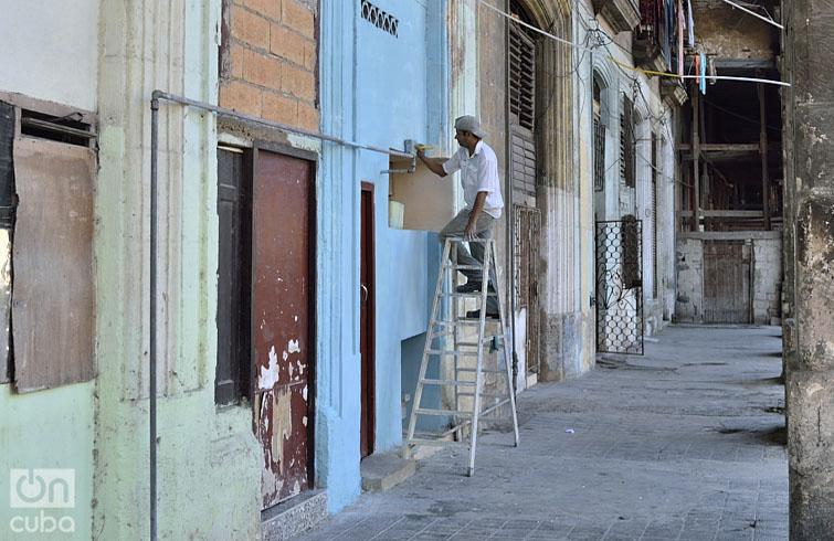 Es costumbre para esta fecha pintar las casas. Foto: Otmaro Rodríguez.