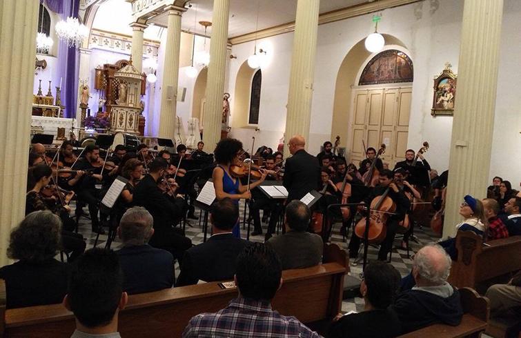 Winnie Camila con la Orquesta SInfónica de Heredia (Costa Rica) bajo la dirección del maestro Eddie Mora. Foto: Cortesía de Winnie Camila Berg.