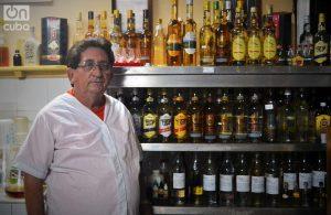 """""""Desde un vodka hasta un 15 años. De alguna manera he sido padre de todos ellos"""", dice Javier. Foto: Glendy Hernández."""