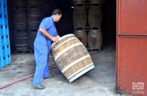Para un tiempo más rápido se usa barriles más nuevos; para un efecto más lento, toneles de más tiempo de uso. Foto: Glendy Hernández.