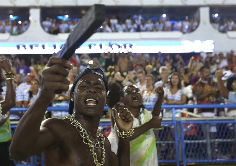 Integrantes de la escuela de samba del Grupo Especial Beija Flor, hace una representación de la violencia en Rio de Janeiro en Rio de Janeiro hoy, domingo 12 de febrero de 2018, en la celebración del carnaval en el sambódromo de Marques de Sapucaí en Río de Janeiro (Brasil). EFE/ Marcelo Sayão