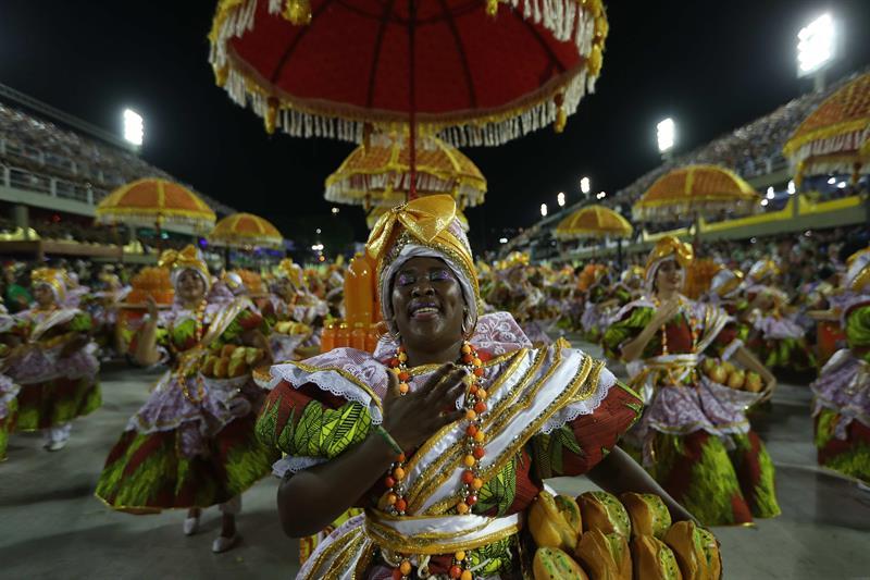 Integrantes de la escuela de samba del Grupo Especial Uniao da Ilha desfilan hoy, lunes 12 de febrero de 2018, en la celebración del carnaval en el sambódromo de Marques de Sapucaí en Río de Janeiro (Brasil). EFE/Marcelo Sayão