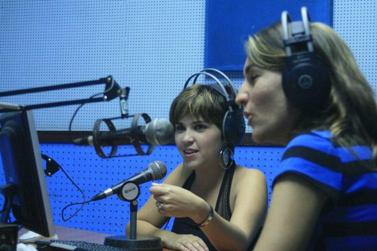 Amelia (centro) como locutora en la radio. Foto: cortesía de Amelia Flores.