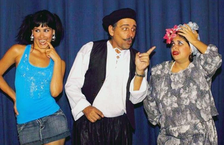 Amelia (derecha) en una obra de teatro. Foto: cortesía de Amelia Flores.