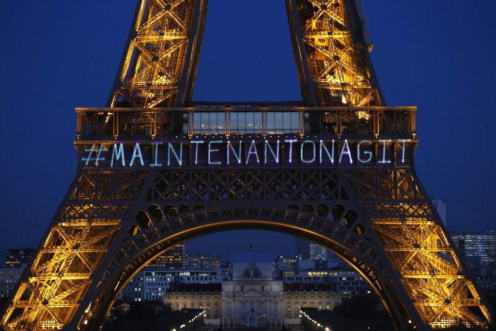"""El mensaje """"Maintenant On Agit"""" (""""Ahora acutamos"""") aparece proyectado sobre la Torre Eiffel, la víspera del Día Internacional de la Mujer en memoria de los derechos de la mujer y para fomentar la versión francesa del movimiento Times's Up en París. (AP Foto/François Mori)"""