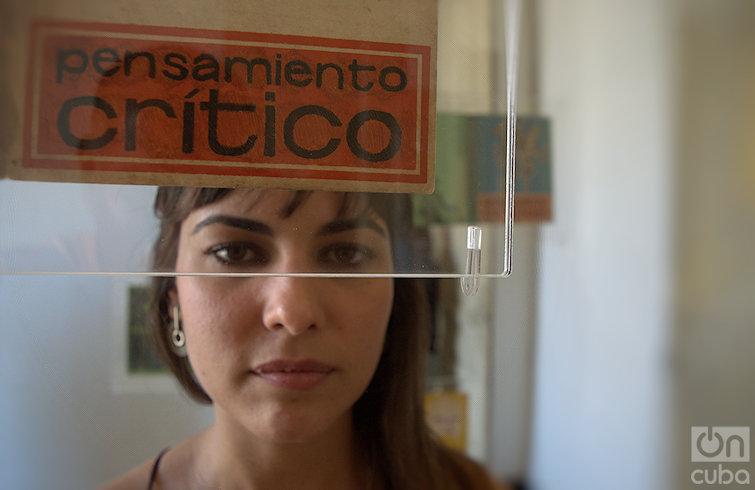 """Mari Claudia García junto a su obra """"Saturno devorando a su hijo"""". Foto: Otmaro Rodríguez."""