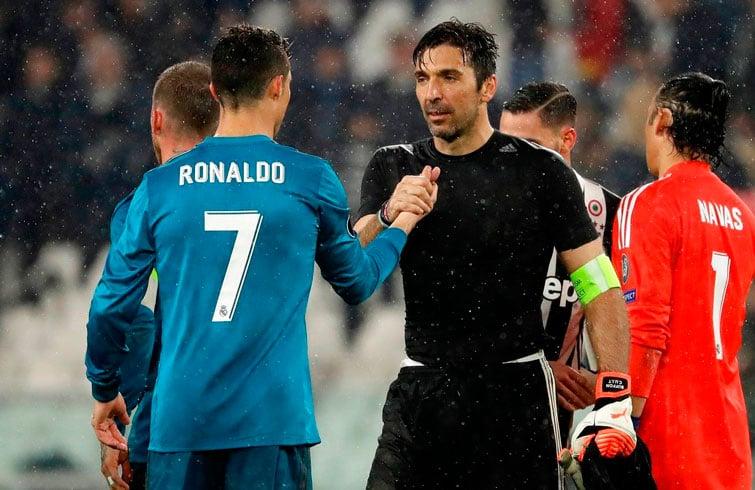 Gianluigi Buffon (derecha), el legendario arquero de la Juventus, estrecha la mano de Cristiano Ronaldo al finalizar el partido en Turín. Foto: Luca Bruno / AP.