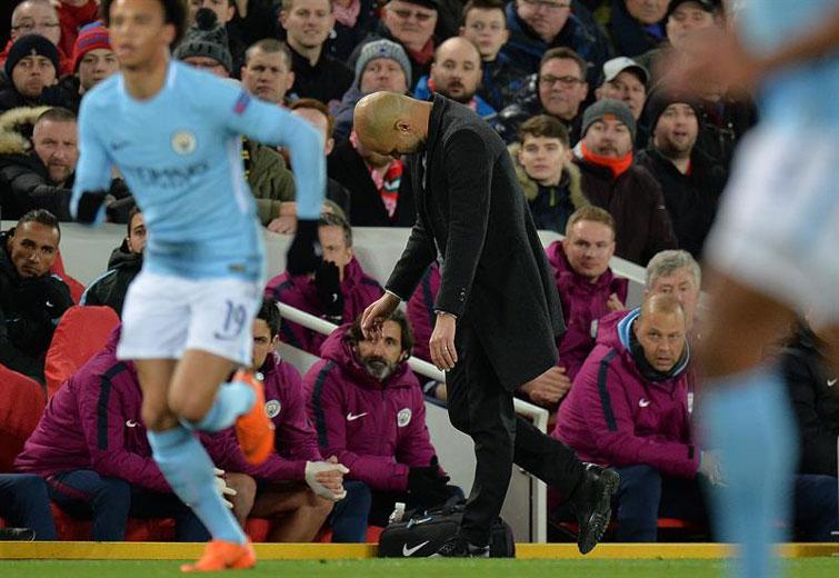 Pep Guardiola (centro) salió cabizbajo tras la humillante derrota de su equipo en Anfield. Foto: Peter Powell / EFE.