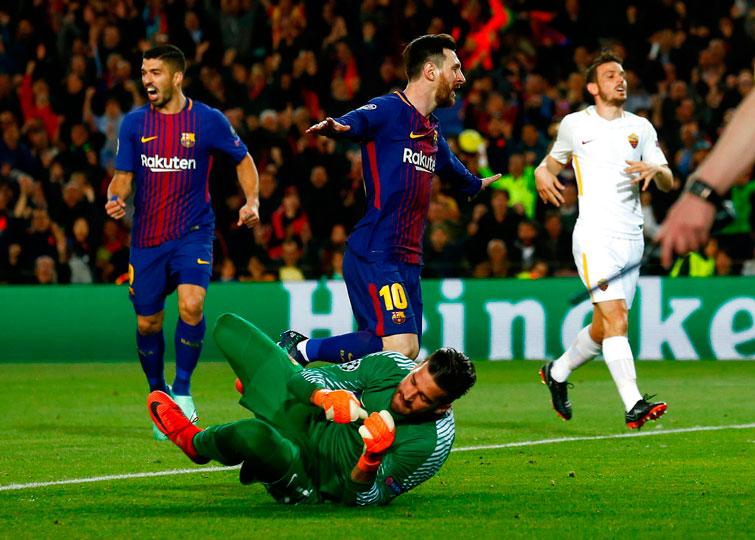 Lionel Messi (centro) y Luis Sárez (izquierda) celebran el primer tanto del Barcelona frente a la Roma por un autogol del equipo italiano. Foto: Manu Fernández / AP.