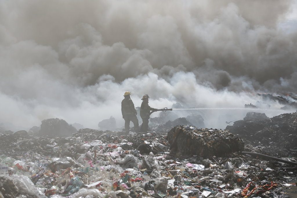 Incendio en una planta de reciclaje en las afueras de Ciudad Juárez días atrás. Foto: Christian Torres / AP.