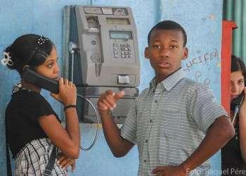 El desarrollo de las comunicaciones en Cuba es escaso, existen pocos teléfonos y menos conexiones a Internet