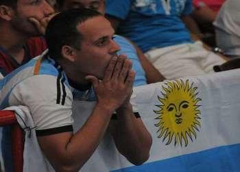 Aficionado al equipo de fútbol de Argentina en la Ciudad Deportiva en La Habana, durante la Final de la Copa Mundial