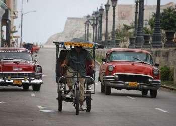Los almendrones se han convertido en esenciales para el transporte en la capital de Cuba / Foto: Raquel Pérez.