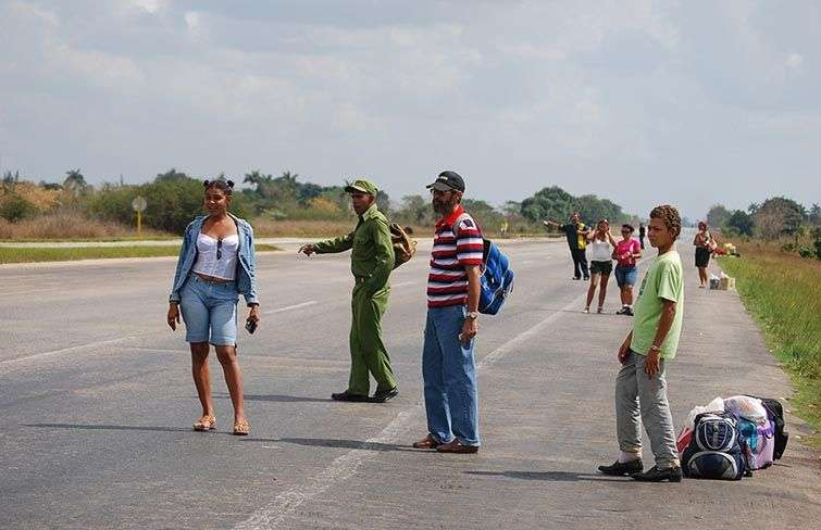 Many Cubans have practice hitchhiking on the roads to be transported / Photo: Raquel Perez.