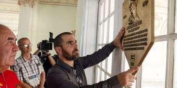 Ian Padrón con la placa prototipo de Martín Dihigo / Foto: Iván de La Rosa
