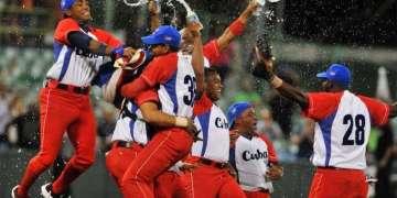 El equipo cubano festeja su triunfo en la Serie del Caribe de 2015. Foto: Ricardo López Hevia / Archivo.