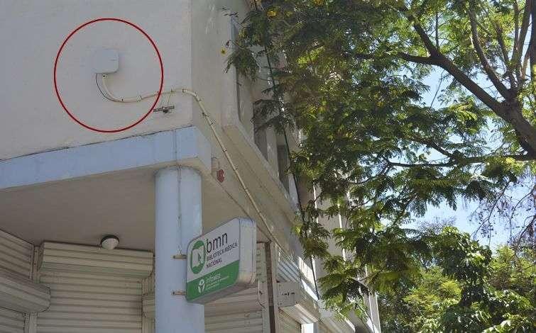 En la esquina de 23 y N, en la fachada de la Biblioteca Médica, hace pocos días fue instalada una antena para conexiones WiFi.