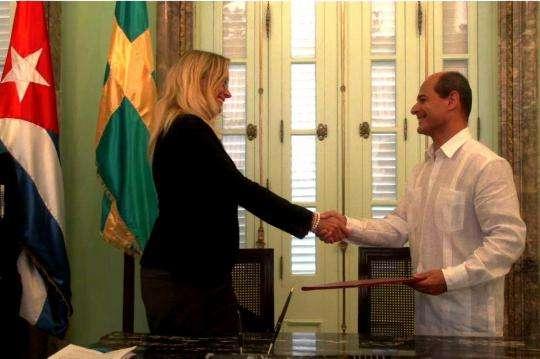 Embajadora de Suecia, Elisabeth Eklund, y vicecanciller de Ciba, Rogelio Sierra, firman memorando de entendimiento / Foto: Cubaminrex