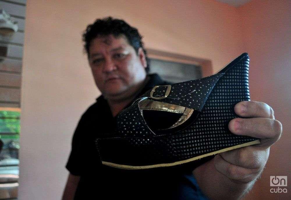 Luis Enrique Fernández López, artesano jefe del grupo Jonas, enseña una de sus obras. Foto: Saúl Cárdenas