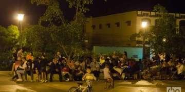 Santiagueros pernoctando en un parque durante los temblores de enero de 2016. Foto: José Roberto Loo