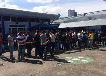 Cubanos esperan en Paso Canoas, Panamá. Foto: CB24