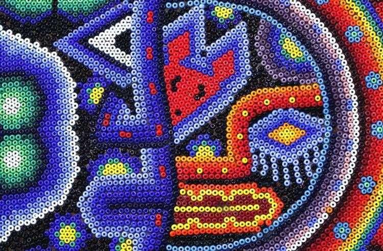 Fragmento de la obra Eclipse, del artesano wixárika, Kupíhaute-Itzpapalotl.
