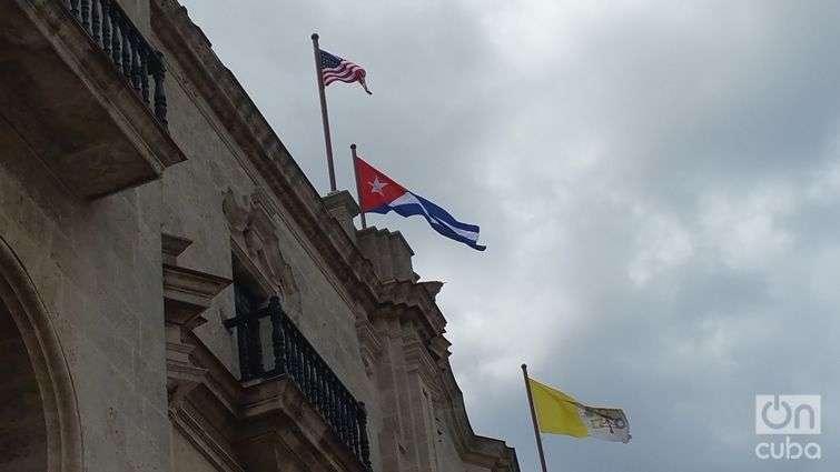 En lo alto de La Catedral de La Habana ayer ondeaban tres banderas.