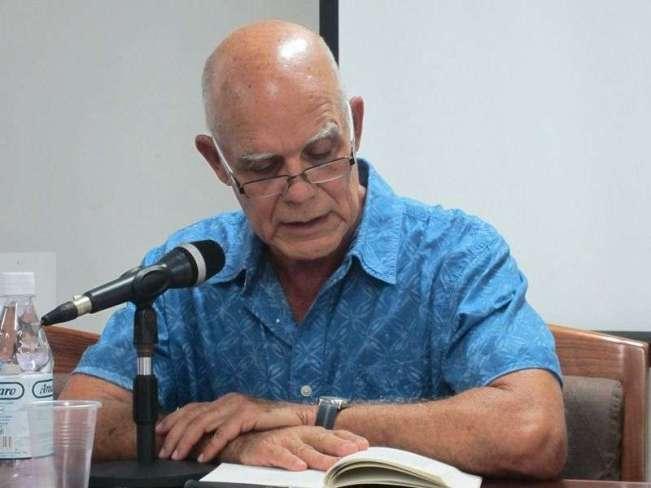Pedro Juan Gutiérrez durante una lectura en La Habana. Foto: HavanaTimes