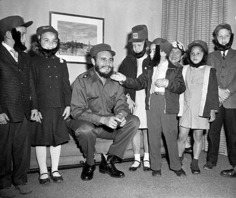 24 de abril de 1959, Fidel Castro visita una escuela de Queens (Nueva York) con su hijo.
