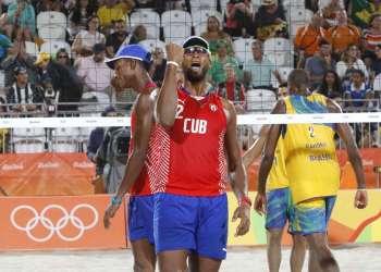 Sergio González (2) de Cuba, festeja durante el choque contra la dupla de Brasil, en la etapa eliminatoria del voleibol de playa, de los Juegos Olímpicos de Río de Janeiro, en Copacabana, Brasil, el 7 de agosto de 2016. JIT FOTO/Roberto Morejón