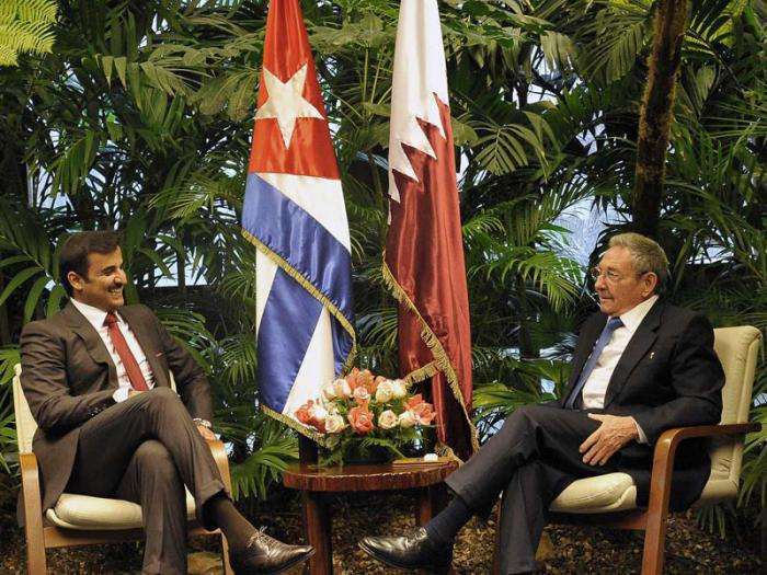 Cuban President Raúl Castro (to the right), receives the Emir of Qatar, Sheikh Tamim bin Hamad Al Thani, who visited the island in late 2015. Photo: Estudios Revolución