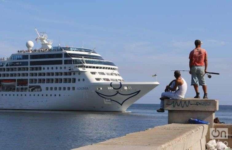El crucero Adonia, de Carnival, entrando en La Habana. Foto: Ismario Rodríguez / Archivo.