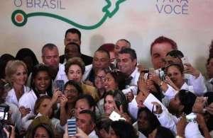 """Médicos cubanos del promama """"Más Médicos"""" de Brasil junto a la entonces presidenta Dilma Rousseff. Foto: Archivo."""
