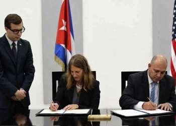 La secretaria de Salud y Servicios de EEUU, Sylvia Burwell, y el ministro de Salud de Cuba, Roberto Morales firman memorando de entendimiento. Foto: Alejandro Ernesto / EFE.