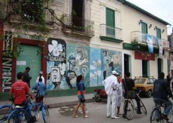 Mural en la fachada del centro cultural El Mejunje, en Santa Clara.