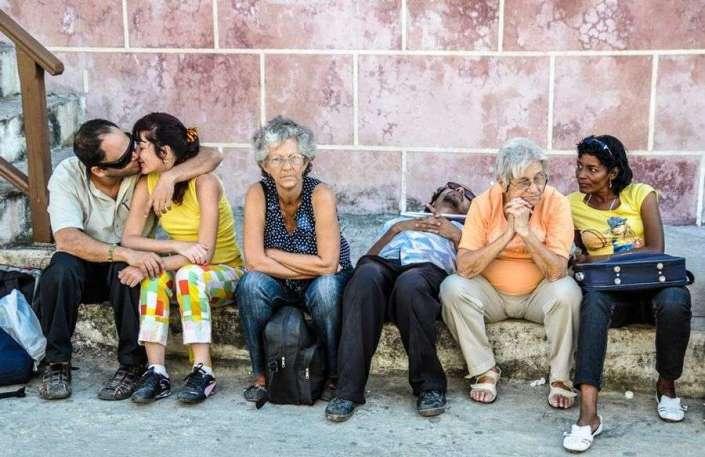 """""""Nos surgen besos que son resistencia a la rutina, que son una recompensa por lo que estamos viviendo. Ese es nuestro beso, el que irrumpe en cualquier tiempo y lugar. El que materializa el derecho a tomar el amor donde quiera que esté, a vivir con amor cualquier momento de la vida. Victoria Trípodi, artista plástica argentina. Foto: Kaloian."""