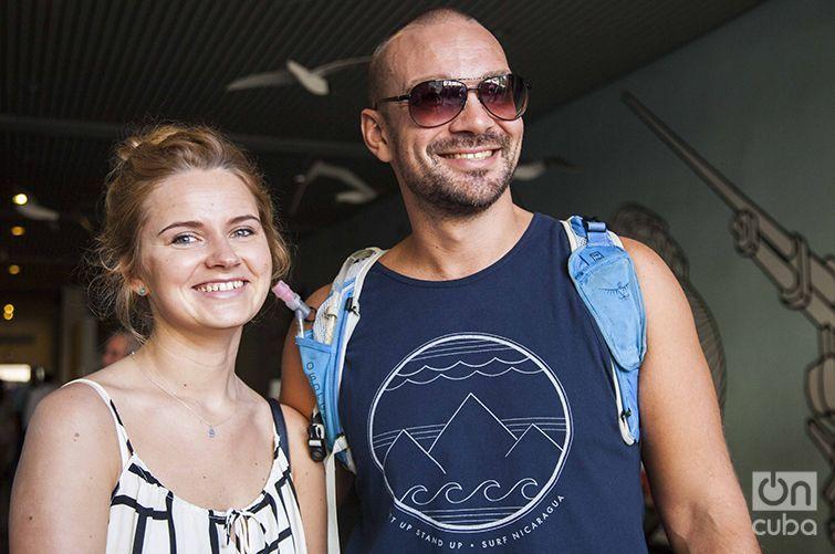 Karles junto a su esposa, entusiasmado por conocer más sobre la comida cubana. Foto: Claudio Peláez Sordo.