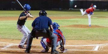 El habanero Alejandro Eskenazi lanzando en la liga de Israel. Foto: Facebook/IAB - Israel Association of Baseball.