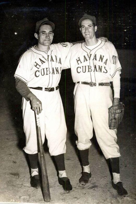 Conrado Marrero (izquierda) y Sandalio Consuegra con la camisa de los Havana Cubans. Foto: elnuevoherald.com.