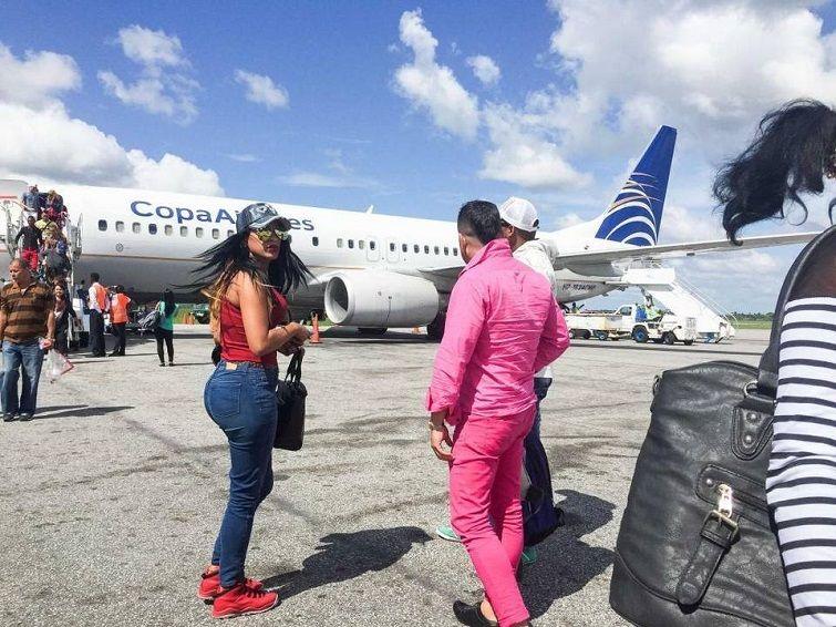 13 de mayo de 2016 - Marta y Liset llegan al aeropuerto Internacional Cheddi Jagan de Guyana, donde otros cubanos les presentarán a los coyotes locales. Al día siguiente viajarán a la frontera con Brasil. Foto: Lisette Poole.