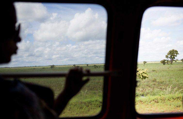 Liset mira por la ventanilla. Guyana, camino a Brasil. Foto: Lisette Poole.