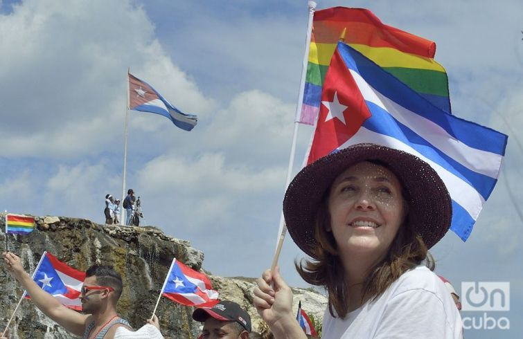 Tradicional conga de La Piragua al Pabellón Cuba en la X Jornada Cubana contra la Homofobia y la Transfobia. Foto: Otmaro Rodríguez.