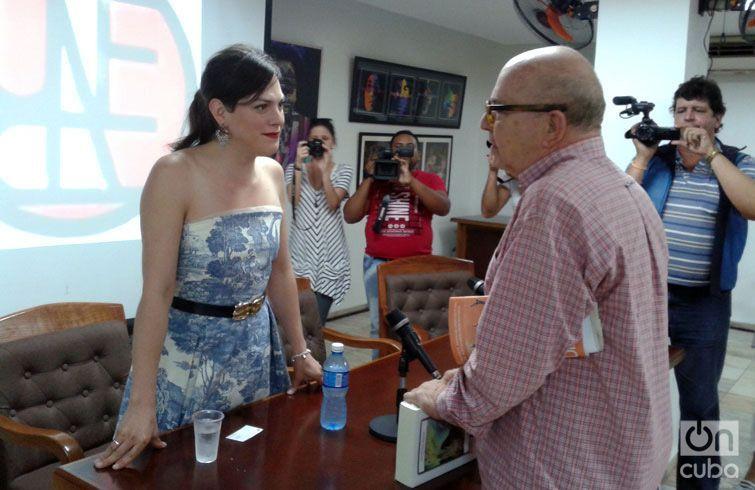Daniela Vega conversa con Miguel Barnet, presidente de la Unión Nacional de Escritores y Artistas de Cuba (UNEAC).