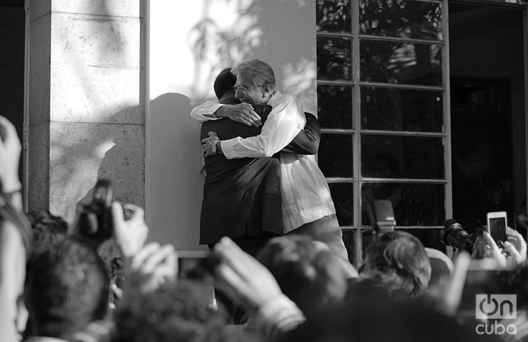 Herbie Hancock gives Bobby Carcasses a hug in the Plaza House of Culture. April 26, 2017. Photo: Gabriel Guerra Bianchini.