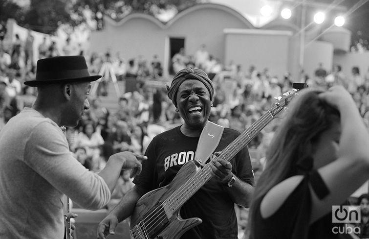 Richard Bona y Marcus Miller en el Anfiteatro de Guanabacoa. 28 de abril de 2017. Foto: Gabriel Guerra Bianchini.