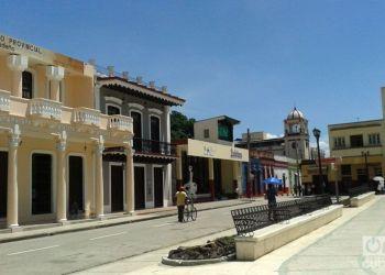 La Plaza de la Revolución de Bayamo, en el mismo centro de la ciudad, ahora sin árboles. Foto: Eric Caraballoso Díaz.