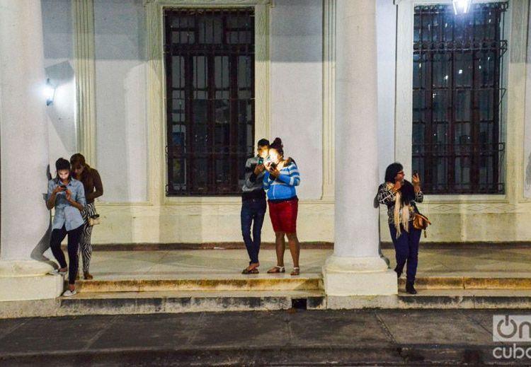 Acceso a internet en zona wifi pública en Cuba. Foto: Kaloian.
