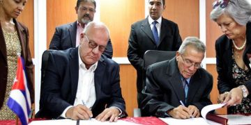 Foto: Ricky W. Kunz, Director Comercial de la Autoridad Portuaria de Houston (izquierda) y el capitán José Joaquín Prado Falero, Director General de la Administración Marítima de Cuba, firman el Memorando de Entendimiento. Foto: Ernesto Mastrascusa / EFE.