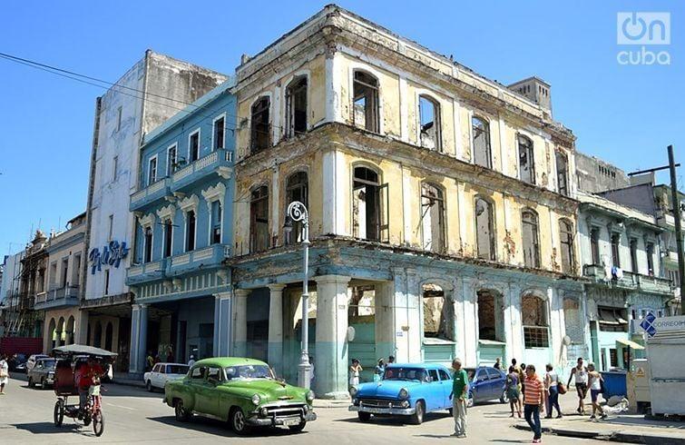 El edificio de la esquina de Galiano y San José, también sin techo y en ruinas. Foto: Otmaro Rodríguez.